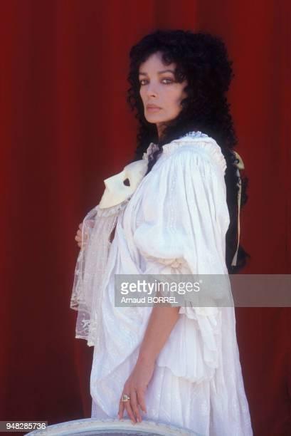 L'actrice Marie Laforêt sur le plateau du film 'Le Mariage de Figaro' réalisé par Roger Coggio le 8 septembre 1988 en France