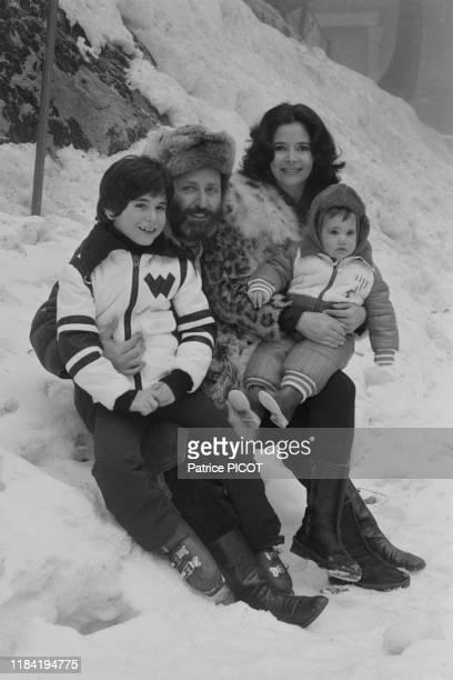L'actrice MarieJosé Nat avec son mari Michel Drach et leurs enfants pendant leurs vacances aux sports d'hiver à Leysin le 2 janvier 1974 Suisse