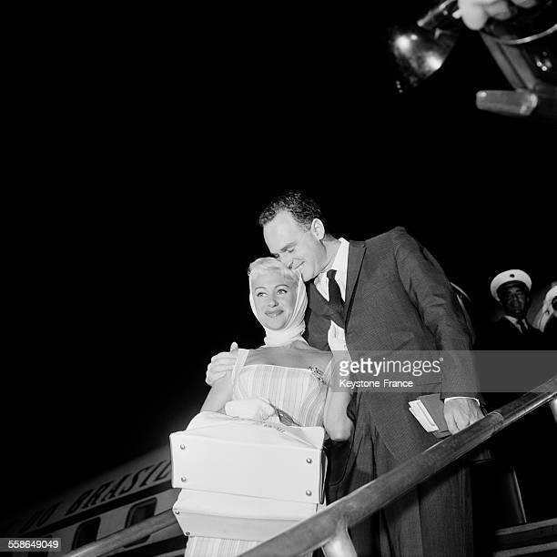L'actrice Martine Carol et son époux le docteur André Rouveix débarquent à Orly France en provenance du Brésil le 10 septembre 1959