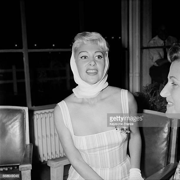 L'actrice Martine Carol foulard sur la tête arrive à Orly France le 10 septembre 1959