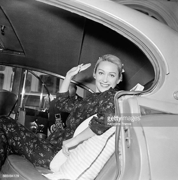 L'actrice Martine Carol quittant la clinique en voiture où elle a suivi un traitement à Paris France le 25 juin 1957