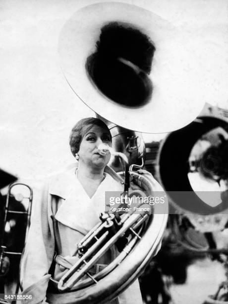 L'actrice Mary Boland souffle dans un cor dans un studio de cinéma le 14 novembre 1932 à Los Angeles CA