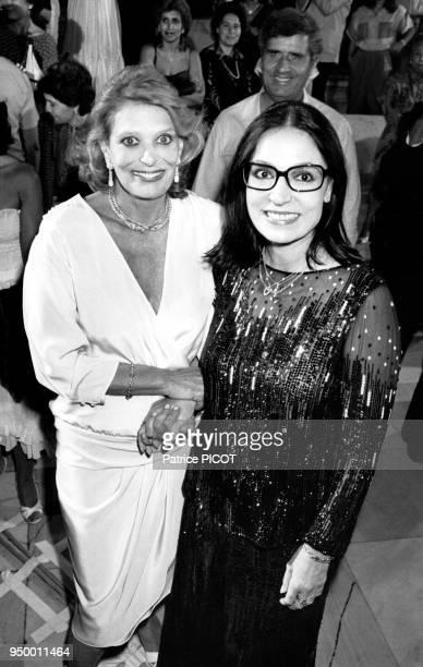 L'actrice Melina Mercouri et la chanteuse Nana Mouskouri à Athènes en juillet 1984 Grèce