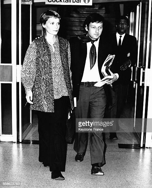L'actrice Mia Farrow enceinte avec son mari le chef d'orchestre André Previn à l'aéroport d'Heathrow en partance pour New York à Londres RoyaumeUni...