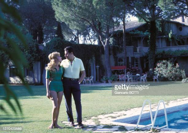Actrice Michele Mercier et son mari Claude Bourillot à Rome, Italie en 1967.