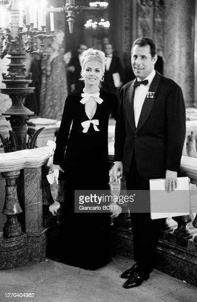 Actrice Michèle Mercier et son mari Claude Bourillot lors d'une soirée à l'Opéra de Paris en décembre 1965, France