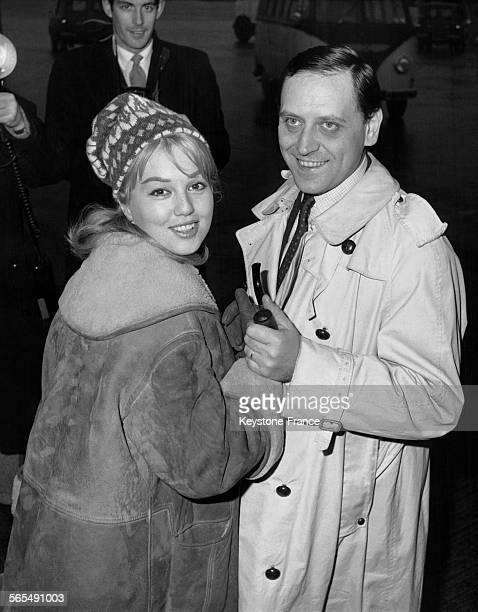 Actrice Mylène Demongeot et son mari le photographe Henri Coste à l'aéroport de Londres, Royaume-Uni, le 2 janvier 1961.