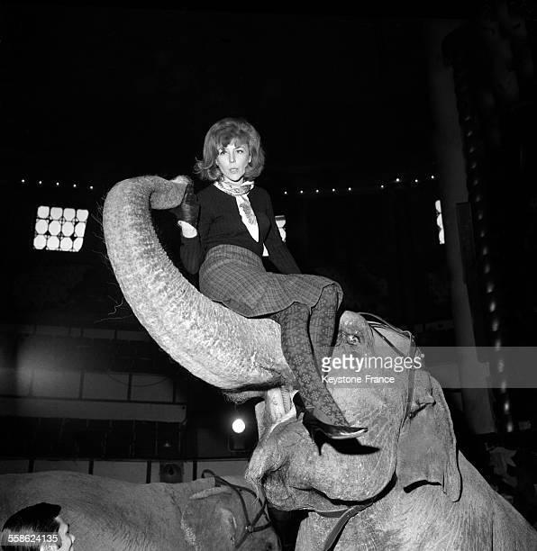 L'actrice Nicole Courcel en repetition assise sur une trompe d'elephant lors de l'avantpremiere du Gala de l'Union des Artistes au Cirque d'Hiver le...
