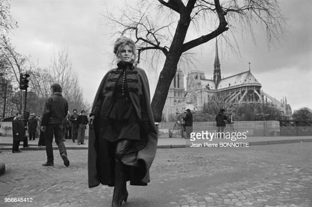 L'actrice Raquel Welch dans l'île de la Cité en janvier 1970 à Paris France