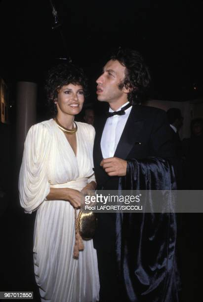 L'actrice Raquel Welch et son mari André Weinfeld lors de l'hommage rendu à Gene Kelly au Théâtre du RondPoint le 18 septembre 1981 à Paris France