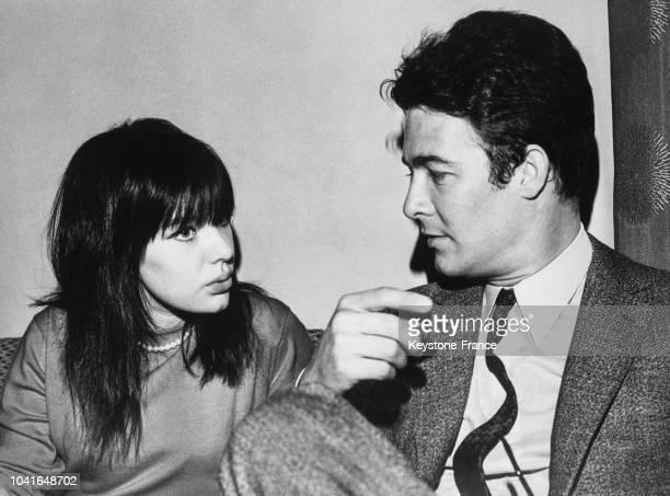 L'actrice russe Lioudmila Savelieva discutant avec l'acteur français Jacques Charrier à Moscou URSS le 15 avril 1967