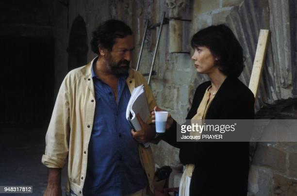 L'actrice Sabine Azéma et le réalisateur Robert Enrico lors du tournage du film 'Zone rouge' le 3 novembre 1985 en France