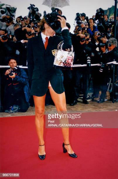 Actrice Victoria Abril jambes nues au Festival de Cannes en mai 1997, France.