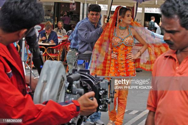 """Actrice-vedette, Amisha Patel se prépare, le 12 juillet 2004 dans une rue de Lyon, lors du tournage du film """"Vadaa"""" du réalisateur indien Satish..."""