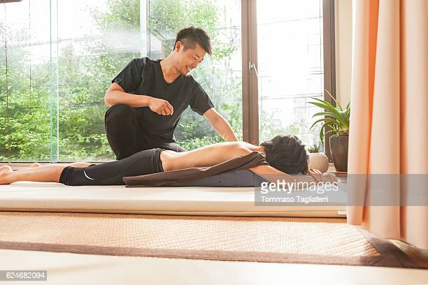 acupuncturist at work - body massage japan stock pictures, royalty-free photos & images