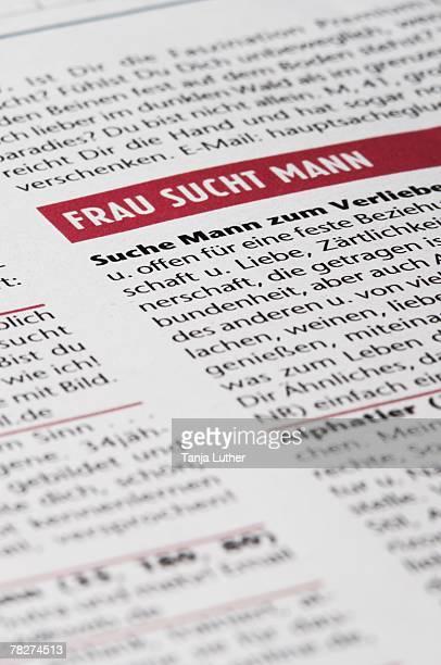 ad in newspaper, close-up - écriture européenne photos et images de collection