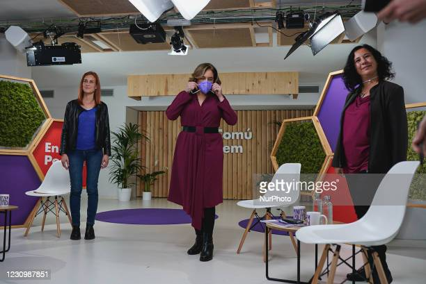 Ada Colau takes off the protective mask against Covid-19 to take the press photo with Irene Montero, Jéssica Albiach and Susana Segovia during the...