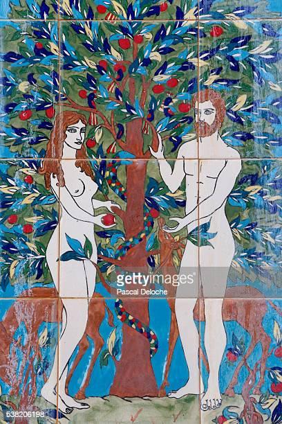 adam and eve. the forbidden fruit. mosaic - adamo e eva foto e immagini stock