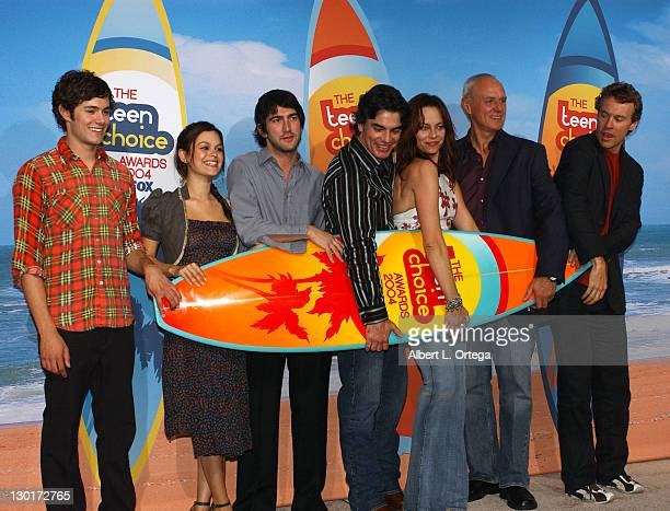 Adam Brody Rachel Bilson Peter Gallagher Melinda Clarke and Tate Donovan with other castmembers of 'The OC' winners for Choice TV Show Drama/Action...