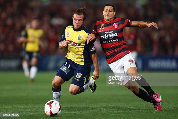 Adam D'Apuzzo of the Wanderers competes with Nick Fitzgerald of the Mariners during the round 11 A-League match between the Western Sydney Wanderers...