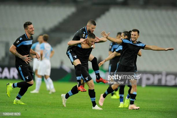 Adam Marusic of SS Lazio celebrates a third goal with his team mates during the UEFA Europa League Group H match between Olympique de Marseille and...