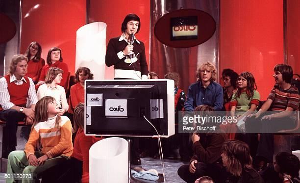 Adamo, TV-Show 1975, Deutschland, Europa, Bühne, Publikum, Mikrofon, Kulisse, Sänger, Promi RW, SC; P.-Nr.: 102/2011, ; Foto: P.Bischoff/ ; Jegliche...
