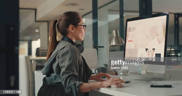 自社のターゲット市場に合わせてブランド戦略を適応させる - ウェブデザイナー ストックフォトと画像