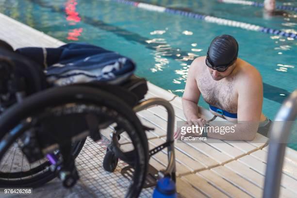 適応選手がプールで泳ぐ準備します。 - 麻痺 ストックフォトと画像