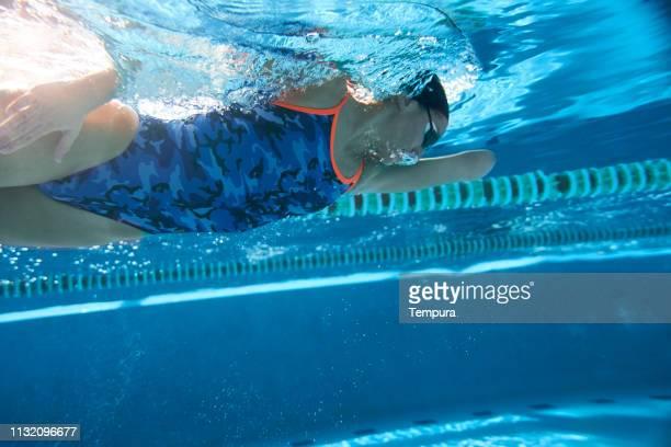 スイミングプールでの適応アスリートトレーニング。 - 水泳自由形 ストックフォトと画像