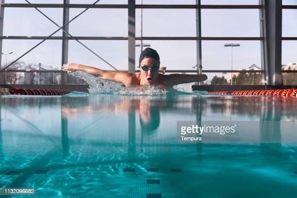 adaptives athletentraining im schwimmbad. - amputee woman stock-fotos und bilder