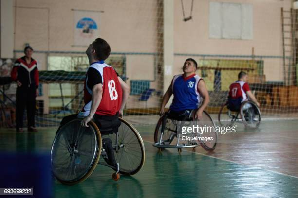 adaptive athletes on basketball training - cliqueimages stockfoto's en -beelden