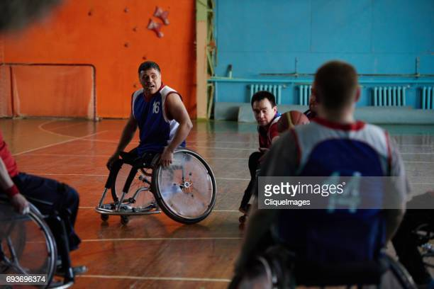 adaptive athletes playing basketball indoors - cliqueimages - fotografias e filmes do acervo