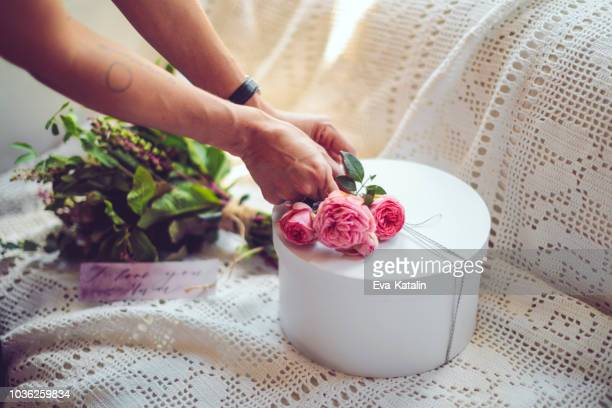 adding flowers for a perfect gift - wedding planner foto e immagini stock
