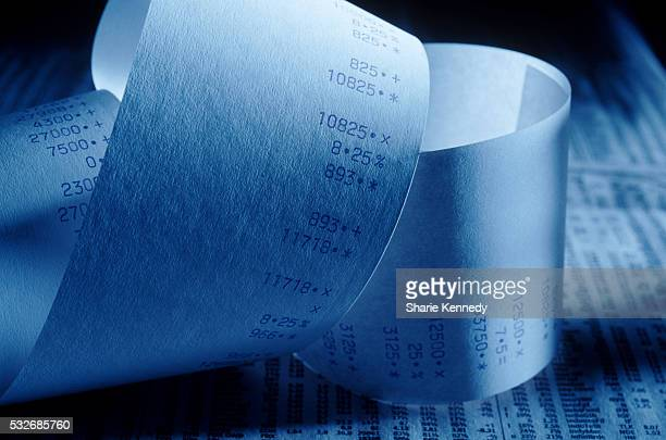 adding machine tape and stock listings - addierrolle stock-fotos und bilder