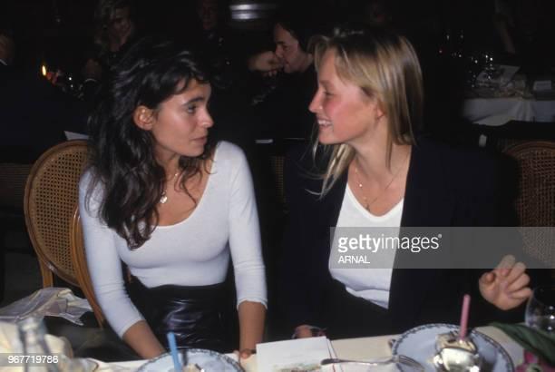 Adeline Blondieau et Estelle Lefébure lors d'une soirée au Fouquet's à Paris le 24 octobre 1989 France