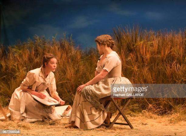 Adeline d'Hermy et Claire de le Ruë du Can de la troupe de la ComédieFrançaise interprètent dans la salle Richelieu la pièce de théâtre Le...