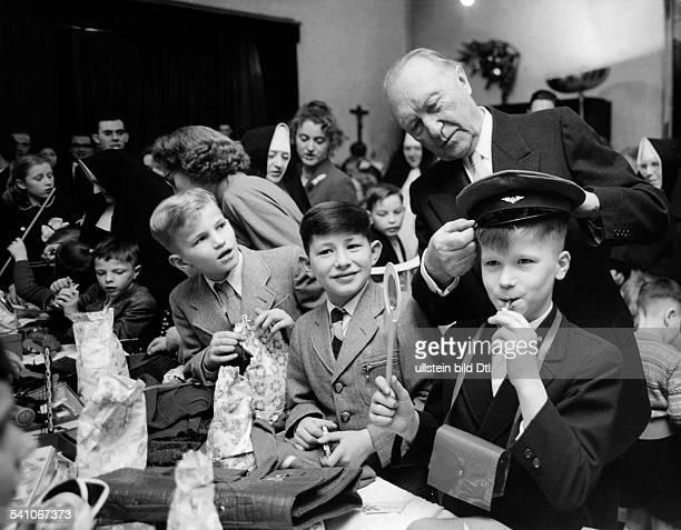 Adenauer Konrad *05011876Politiker CDU BRDAdenauer beschenkt Kinder imkatholischen Waisenhaus in Bonn