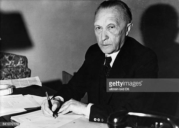 Adenauer, Konrad *05.01.1876-+Politiker, CDU, BRDPorträt am Schreibtisch- 1953