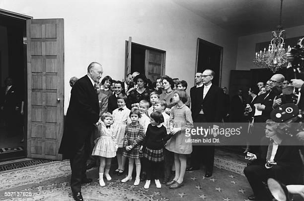 Adenauer, Konrad , Politiker, CDU, BRD, Adenauer wird an seinem 84. Geburtstag von seinen zahlreichen Enkelkindern beglückwünscht; im, Hintergrund...