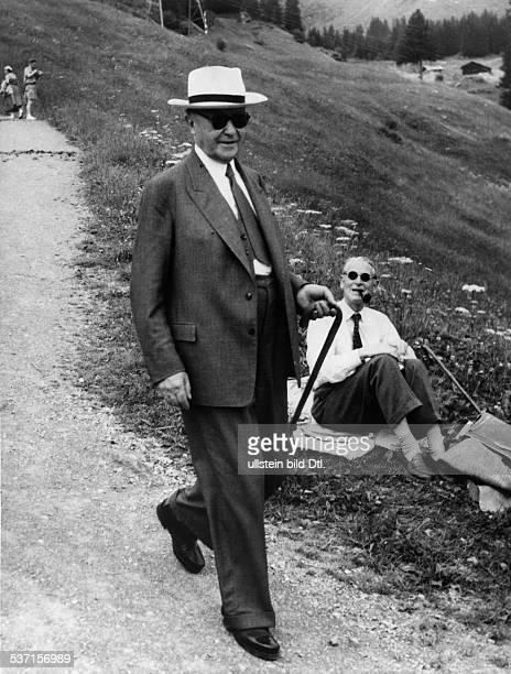 Adenauer Konrad Politiker CDU BRD bei einem Spaziergang während seines Urlaubs in Mürren im Berner Oberland Juli 1955