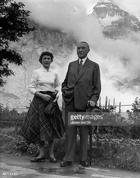 Adenauer Konrad Politiker CDU BRD mit seiner Tochter Ria bei einem Spaziergang während seines Urlaubs in Mürren im Berner Oberland Juli 1955