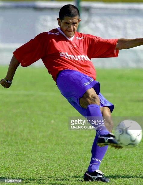 Adhemar trains 17 January 2001 near Sao Paulo Adhemar delantero brasileno del equipo de Sao Caetano que firmo contrato con el club aleman Stuttgart...