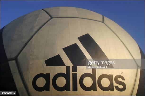12/00/2003 Adidas changes the Geode into Roteiro a giant football ball for the Euro 2004
