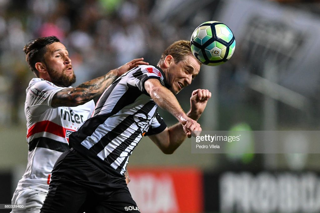 Adilson #21 of Atletico MG and Gomez #33 of Sao Paulo battle for the ball during a match between Atletico MG and Sao Paulo as part of Brasileirao Series A 2017 at Independencia stadium on October 11, 2017 in Belo Horizonte, Brazil.