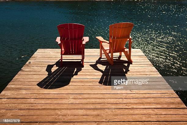Adirondack Stühle auf einem dock