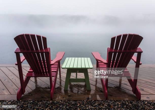 adirondack chairs on a lake side - スカネアトレス湖 ストックフォトと画像
