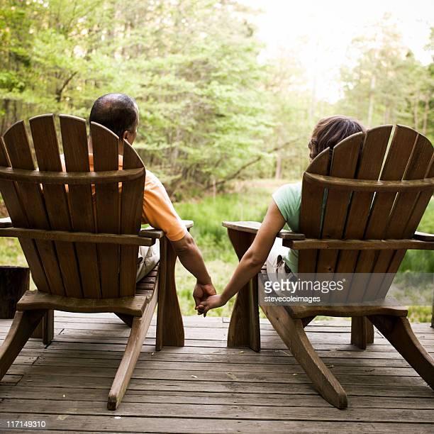 Adirondack-Paar Hände halten