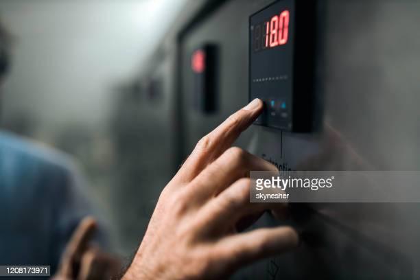einstellung der temperatur an einer maschine! - maschinenbau stock-fotos und bilder