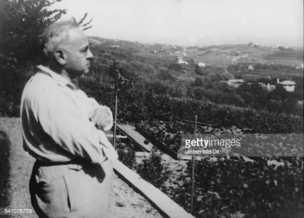 Adler Alfred *18701937Wissenschaftler Psychologe Oesterreich blickt von seinem Garten in Salmansdorf auf Wien 1930