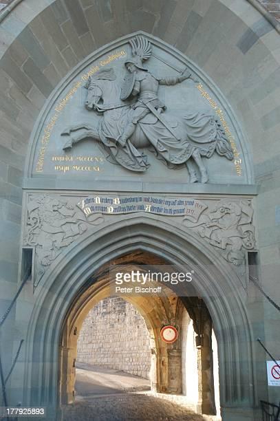 Adlertor Burg 'Hohenzollern' Bisingen BadenWürrtemberg Deutschland Europa Steinrelief 'reitender Ritter' Pferd Schwert Schild Denkmal...